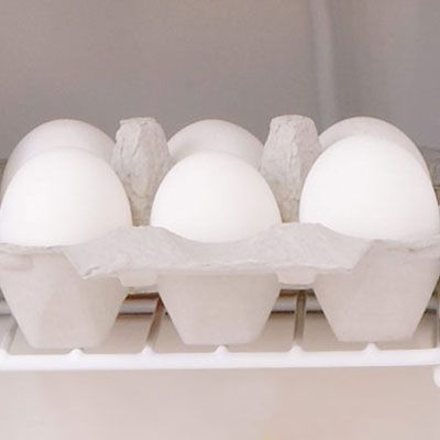 Да ли је your eggs are small or large, brown or white, you'll want to start with cold eggs. Keep them in the refrigerator until you're ready to make the perfect scrambled eggs.