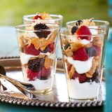 помешан summer berry and yogurt parfaits with toasted coconut